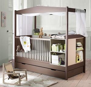 Un lit bébé évolutif avec table de lit
