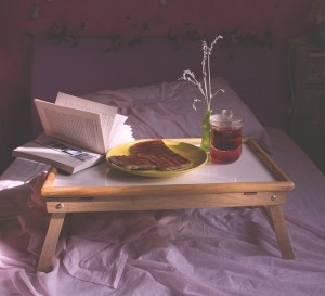 Lire au lit, c'est possible avec la table de lit